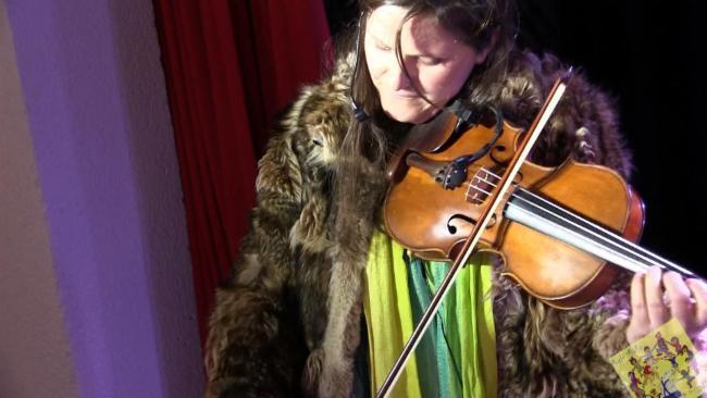 Cathy Siorat fabrication d'instruments animation de foire et de festivals la danse des origines à nos jours