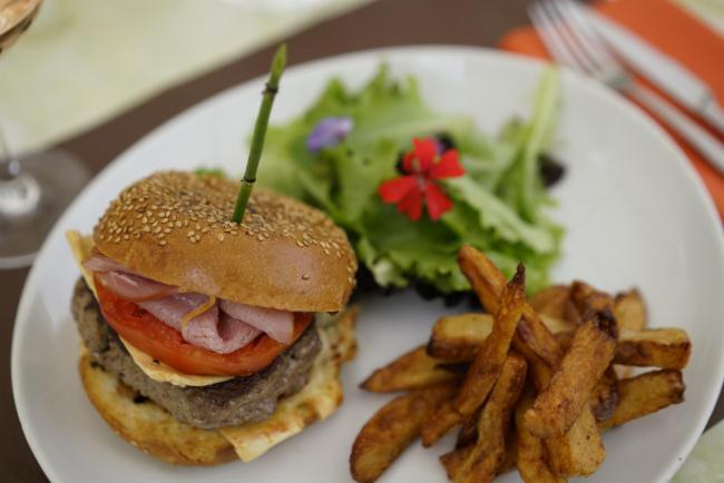 Hamburger du piqué, frites maison Cuisine Traditionnelle Cuisine Française Restaurant Cuisine Traditionnelle Cuisine Française