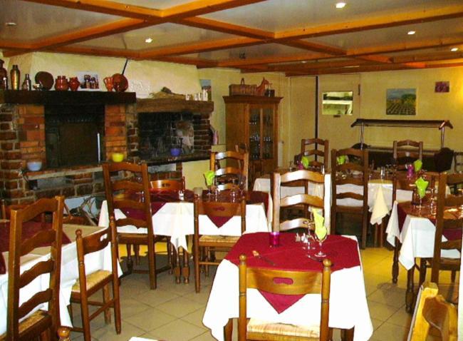 Salle de Restaurant Service à L'accueil Hôtel-Réstaurant-gîtes d'étape Service à L'accueil Hôtel-Réstaurant-gîtes d'étape Service à L'accueil