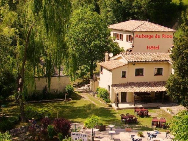 Auberge Du Riou Service à L'accueil Auberge Du Riou Service à L'accueil Hôtel-Réstaurant-gîtes d'étape