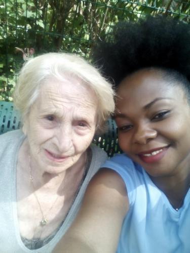 innitiation au selfie avec une cliente MENAGE, REPASSAGE EN HARMONIE A LA MAISON Ménage: Notre équipe intervient chez vous pour du ménage, repassage, rangement...