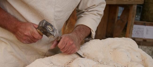 atelier taille de pierre FRANCK DOMAIN MELLERAY, Sarthe Graveur sur pierre Création d'ouvrage en pierre