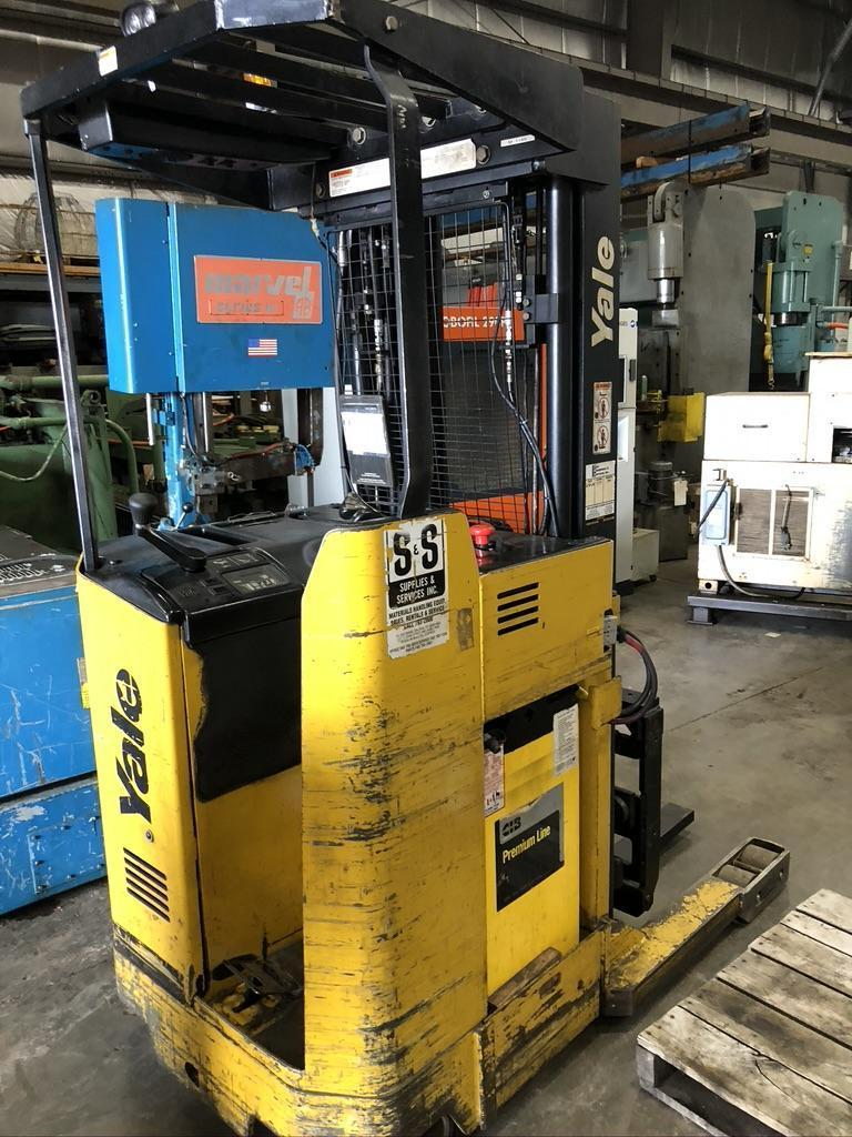 4,000 LB YALE STAND UP ELECTRIC FORK LIFT, MODEL NR040AENS24TE091