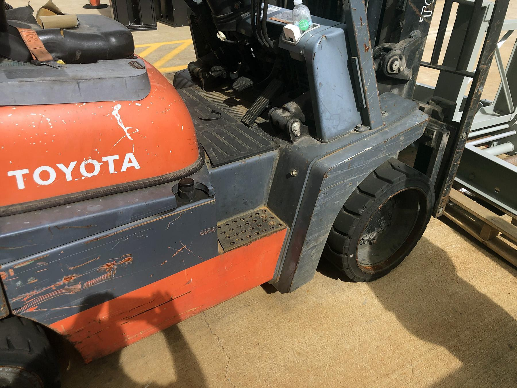 USED, 10,000 LB. TOYOTA MODEL 52.6FGCU45 FORKLIFT