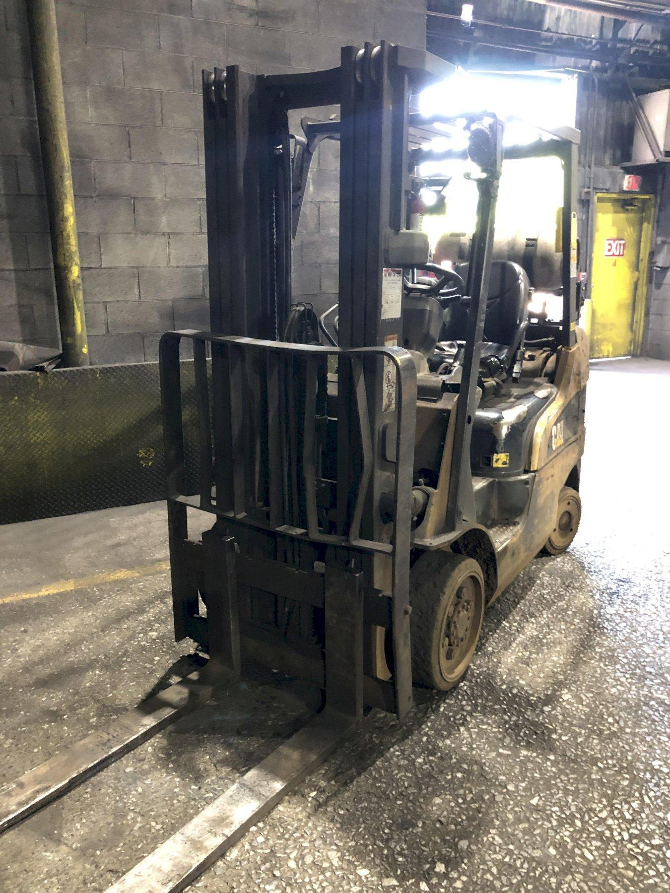 caterpillar l/p powered fork lift truck 4' forks, new engine 2019