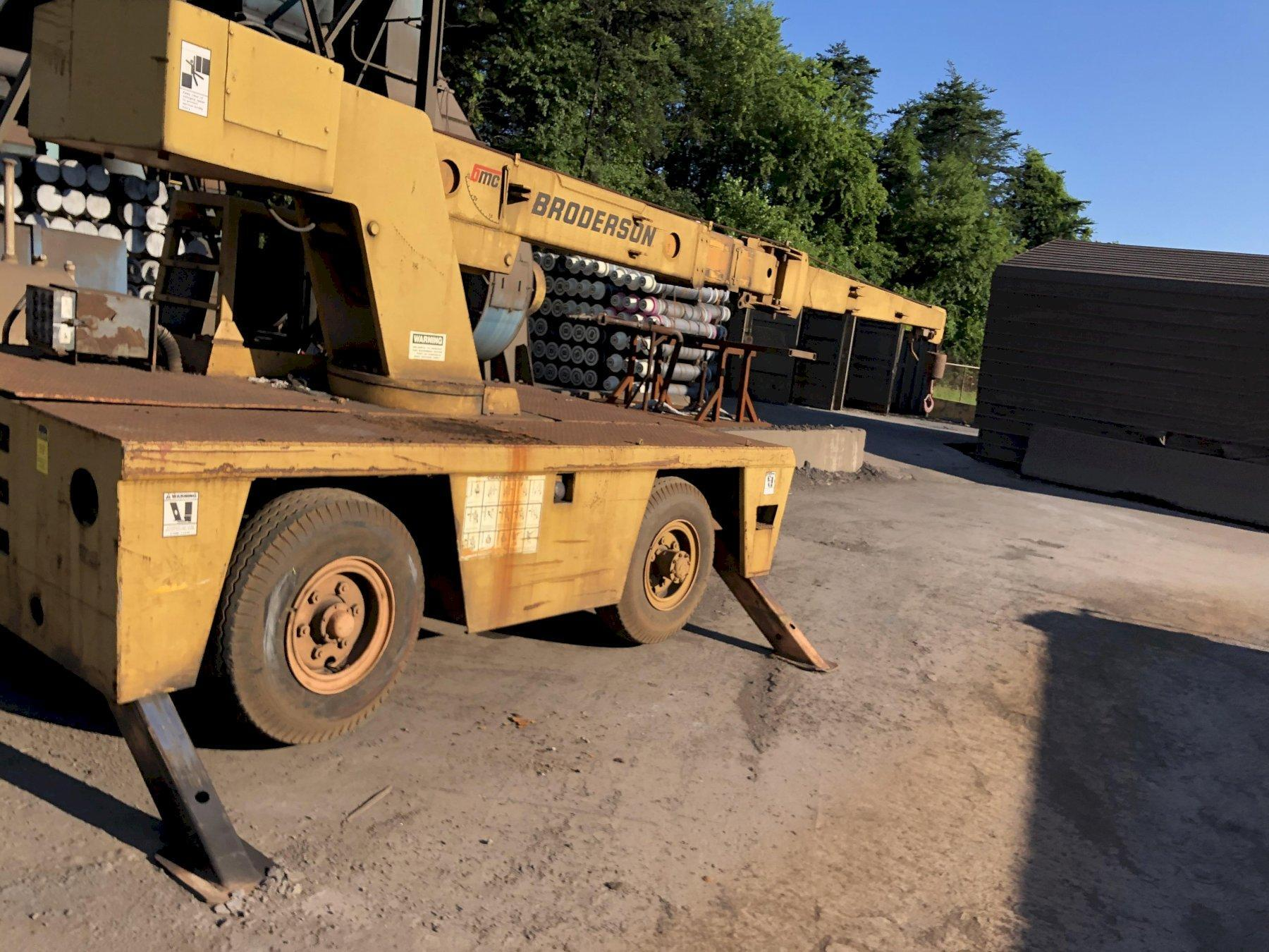 Broderson model 1c801b Mobile Crane s/n 867b with power outboard supports