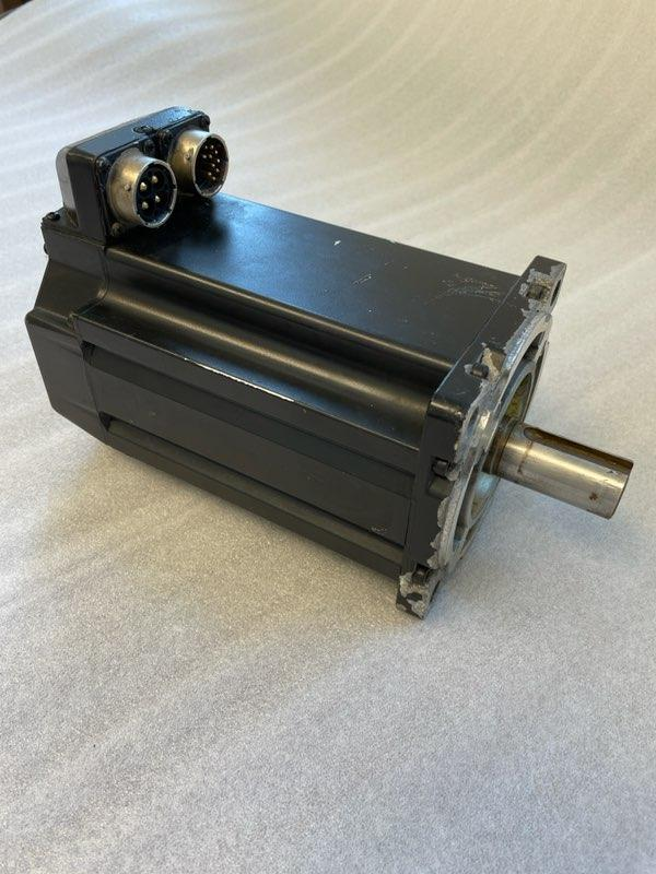 ALLEN BRADLEY SERVO MOTOR, Model MPL-B4540F-MJ22AA, Low Inertia, 400V, 3000 RPM, Multi-turn high-resolution encoder.