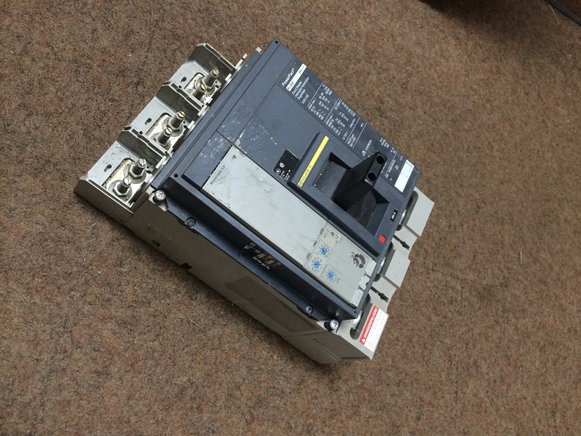 800 AMP SQUARE D MOLDED CASE CIRCUIT BREAKER, Model PJ800, Cat. No. 0320-2182