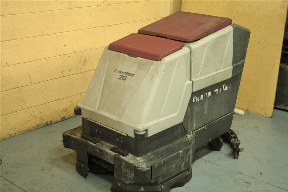 MINUTEMAN POWERBOSS 26 FLOOR SCRUBBER