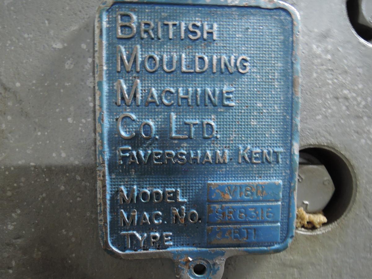 BMM MODEL BT1 JSRD MOLDING MACHINE S/N SR8316, MODEL V1811 WITH CONTROLS