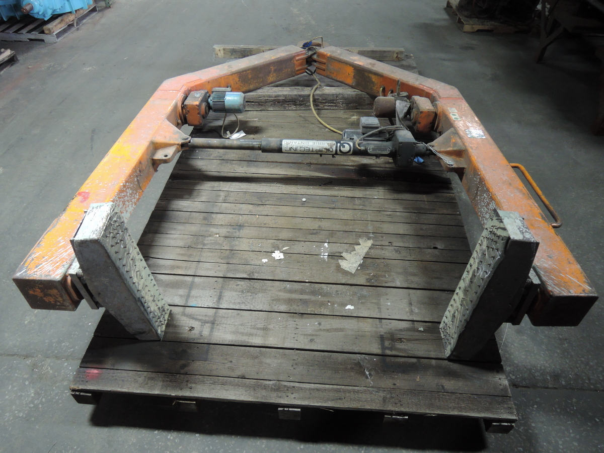 QUIPTEC MODEL QME5600T2 5600# MOLD HANDLER,POWER ROTATION, POWER CLAMP S/N QME5600/16, APPROX. DIMENSIONS ARE 126