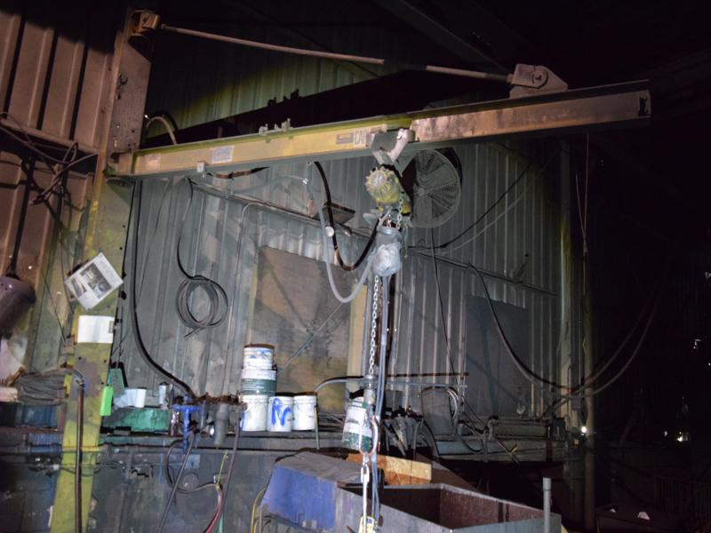 Ingersoll rand 1/2 ton air hoist with pendent controls and wall jib