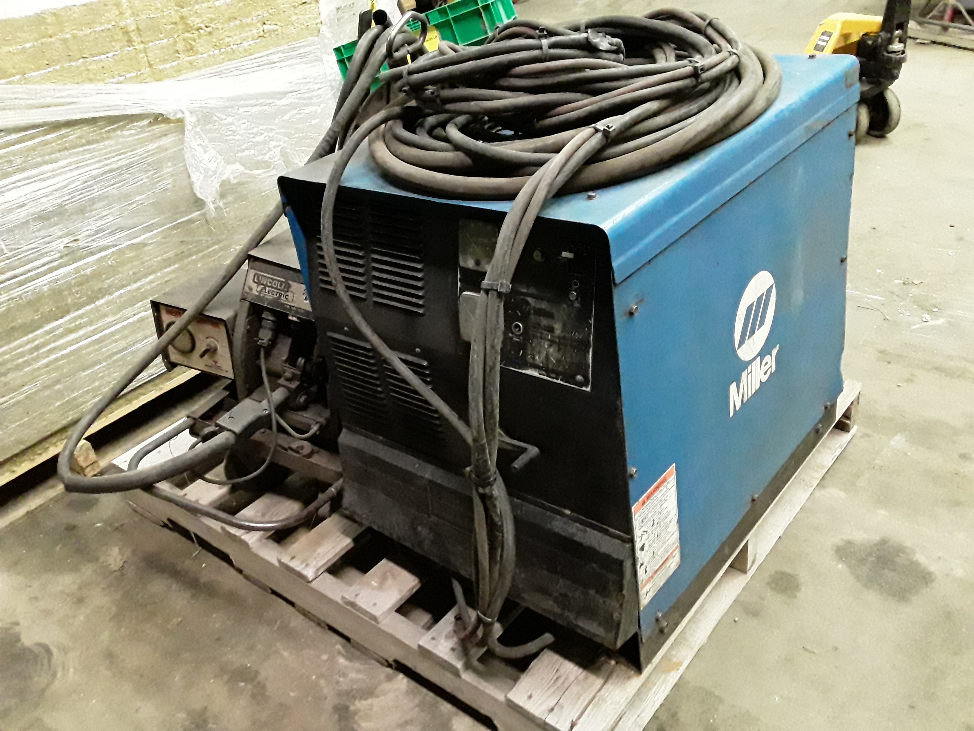 (1) PREOWNED MILLER MIG WELDER, MODEL CP-302, S/N KH397547 <br>WITH LINCOLN LN-7 WIRE FEEDER AND MIG GUN