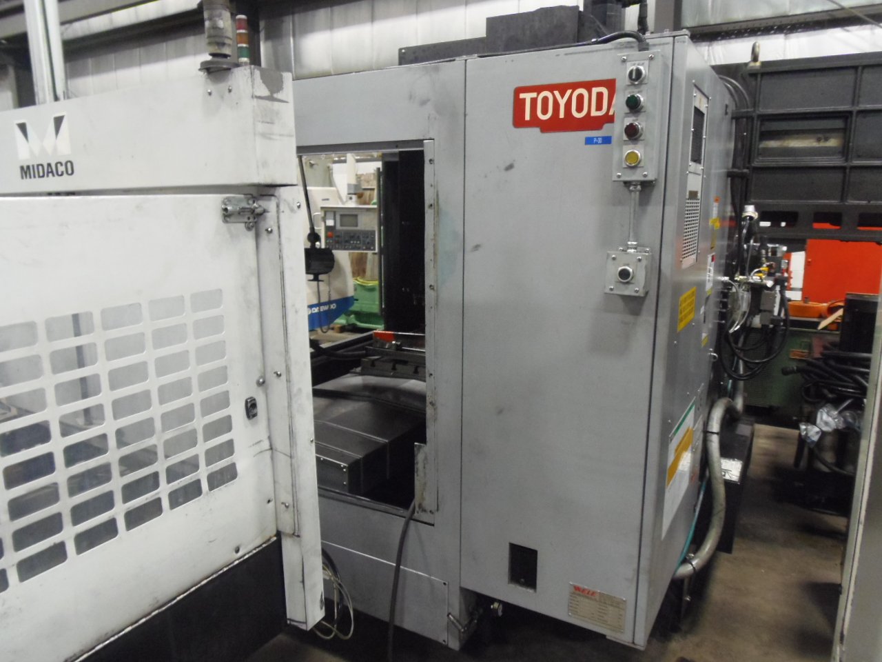 TOYODA FV965 VMC WITH MIDACO A40SD PALLET CHANGER, FANUC 18i CONTROL, 6000 RPM, 25.6 X 35.4 X 23.6 TRAVELS, 2011
