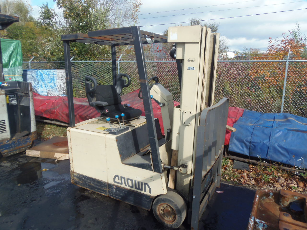 2500 LB. CROWN RIDE ALONG FORK LIFT, MODEL 30SCTT, SIDESHFT, CHARGER, NO FORKS, NO BATTERY
