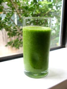 green smoothie with spinach for a brain food for studying