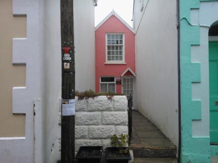 Tiny house...so cute !
