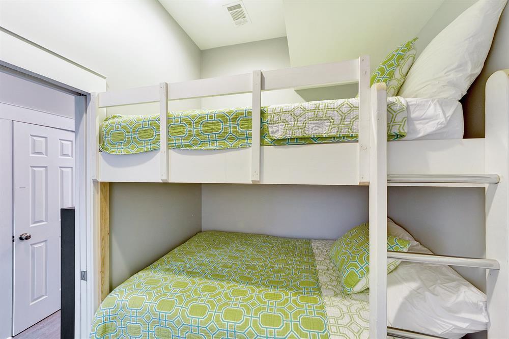 use same bath as the twin bunks