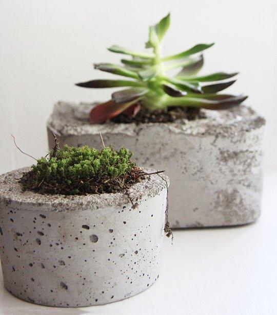 Concrete planters via DIY and Craft Tutorials [http://www.diyandcrafttutorials.com/diy-concrete-planters/]