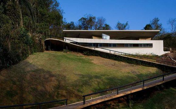 Casa PL, em Minas Gerais, tem laje flutuante