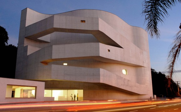 Concreto branco dá destaque às formas arquitetônicas