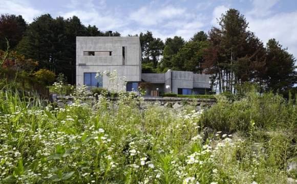 Casa feita de concreto moldado in loco é leve e forte