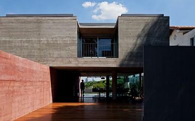Casas de taipa feitas com concreto armado?