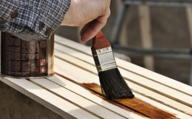 Aplicação de verniz protege e decora madeira