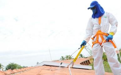Limpeza de telhado evita quedas e acidentes