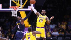 LeBron cautiva a aficionados al iniciar nueva era con Lakers