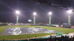 Estrellas vencen a las Águilas en partido recortado por la lluvia