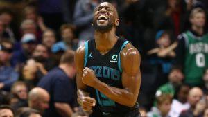Walker sigue imparable y guía a Hornets sobre Celtics