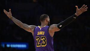LeBron comanda a Lakers en victoria por 90-83 ante el Jazz
