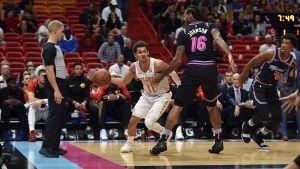 Hawks resisten al final y doblegan 115-113 al Heat