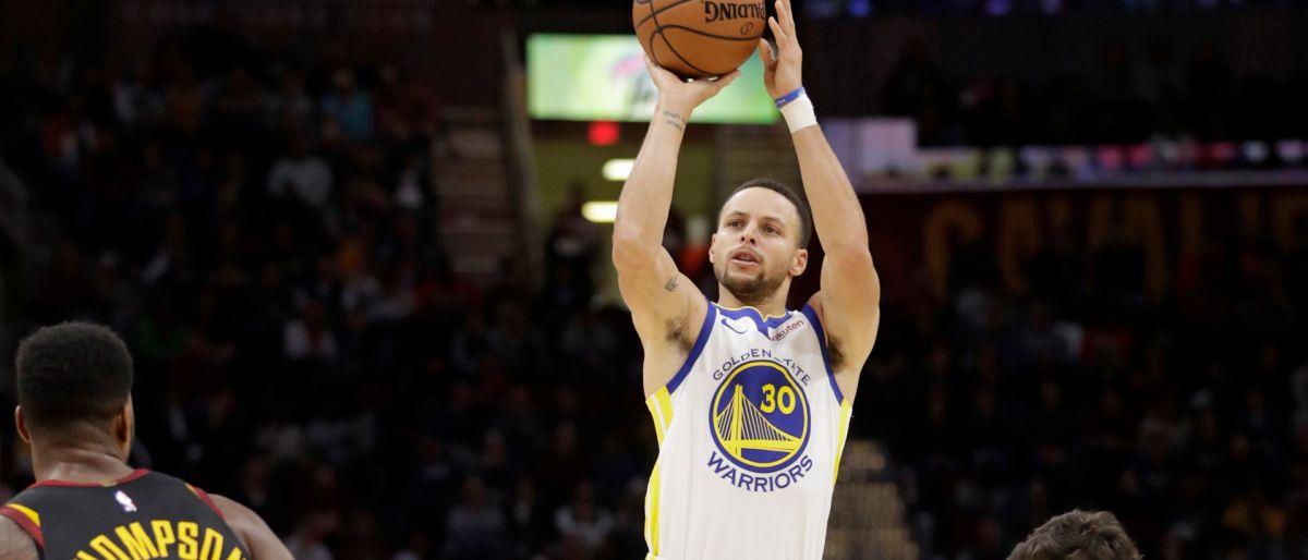 Curry anota 42 puntos y Warriors apalea 129-105 a Cavaliers