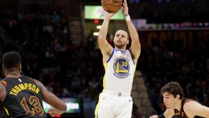 Curry anota 42 puntos y Warriors apalea 129-105 a Cavaliers