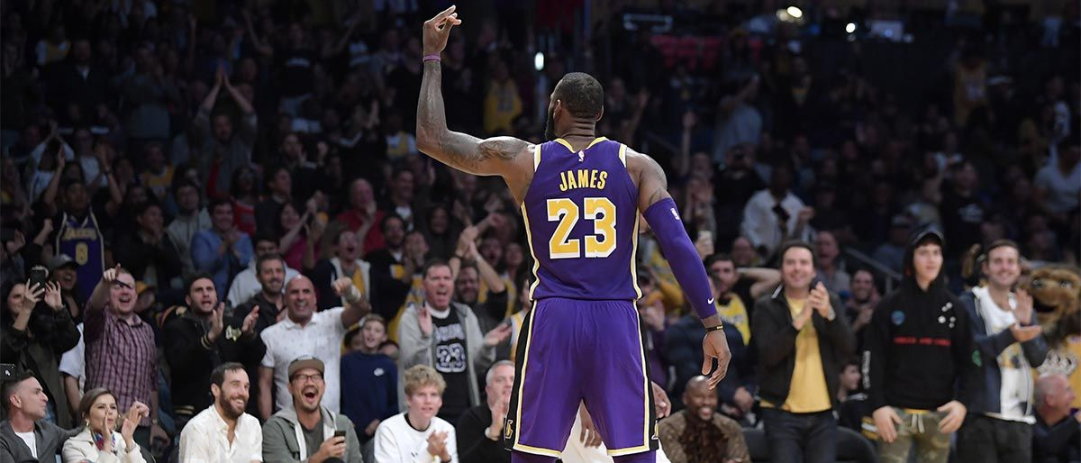 LeBron anota 42, Lakers reaccionan al final y ganan a Spurs