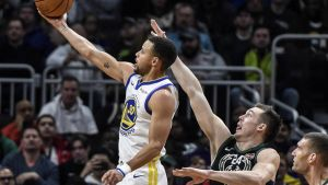 Warriors encestan 19 triples y derrotan a Bucks por 105-95