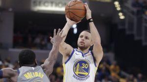 De la mano de Curry, los Warriors vencen 132-100 a Pacers