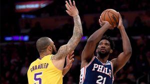 Embiid lidera a 76ers en victoria por 121-105 sobre Lakers