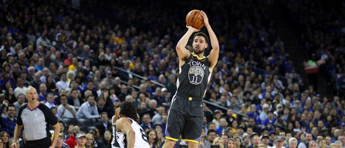 Warriors barren a Spurs 141-102 comandados por Thompson