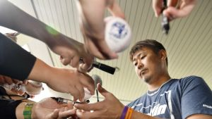 Matsuzaka se lesiona tras ser jaloneado por fan en Japón