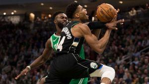 Antetokounmpo anota 30 y Bucks ganan 98-97 a Celtics