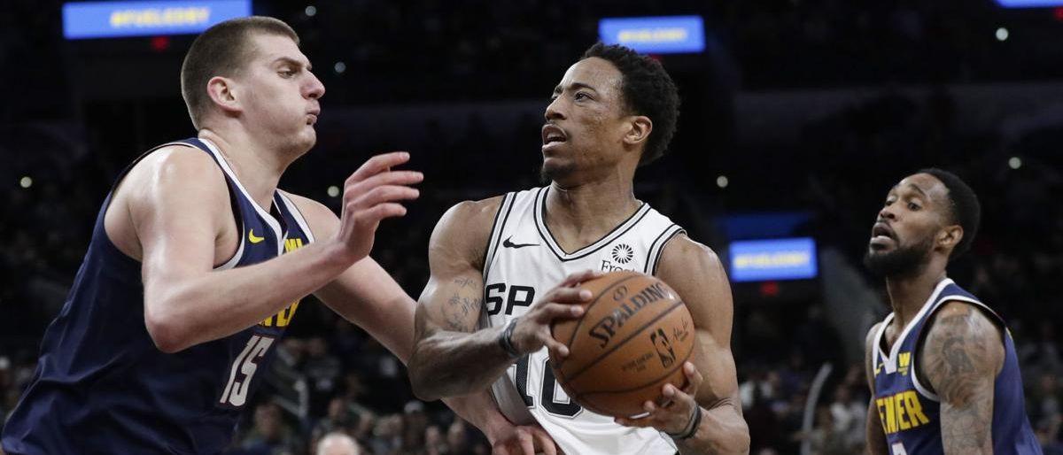 Spurs resisten reacción de Nuggets para ganar 104-103