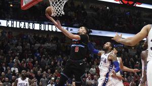 LaVine anota 39; Bulls superan a 76ers