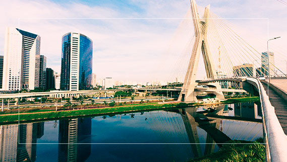 Vista da Ponte Octávio Frias de Oliveira acima do rio Pinheiros