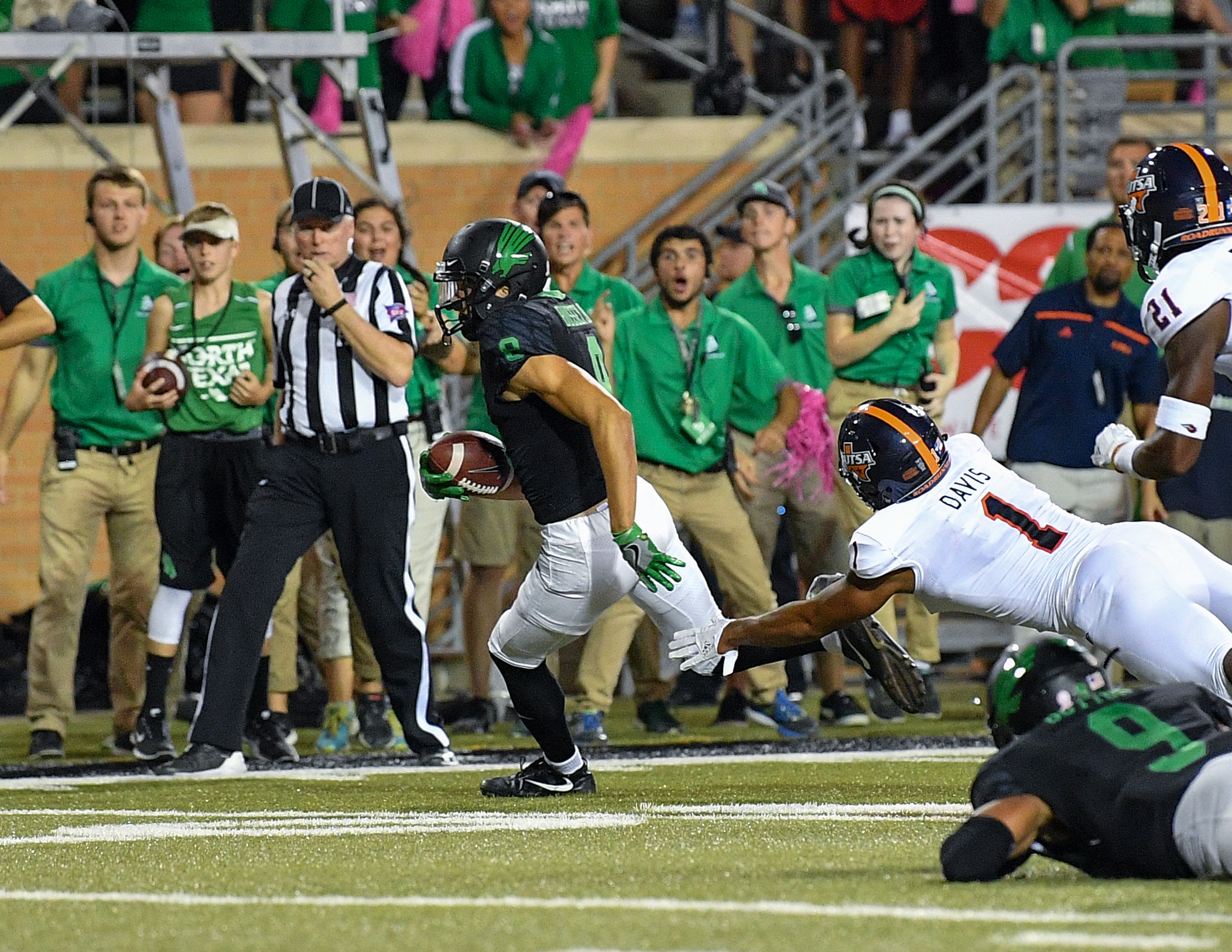 Rico Bussey, Jr., eludes a UTSA defender to score the game-winning touchdown Saturday at Apogee Stadium (photo by Manny Flores, Rick Yeatts photography)