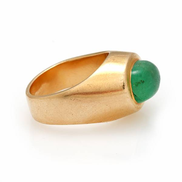 Georg Jensen & Wendel: An emerald ring set with a cabochon emerald, mounted in 18k gold. Size 51. Circa 1951-1998.