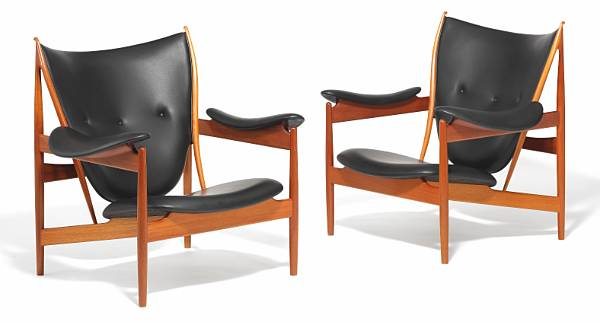 """Finn Juhl: """"Chieftain Chair"""". A pair of mahogany easy chairs upholstered with black leather. Made by Niels Roth Andersen. (2)"""