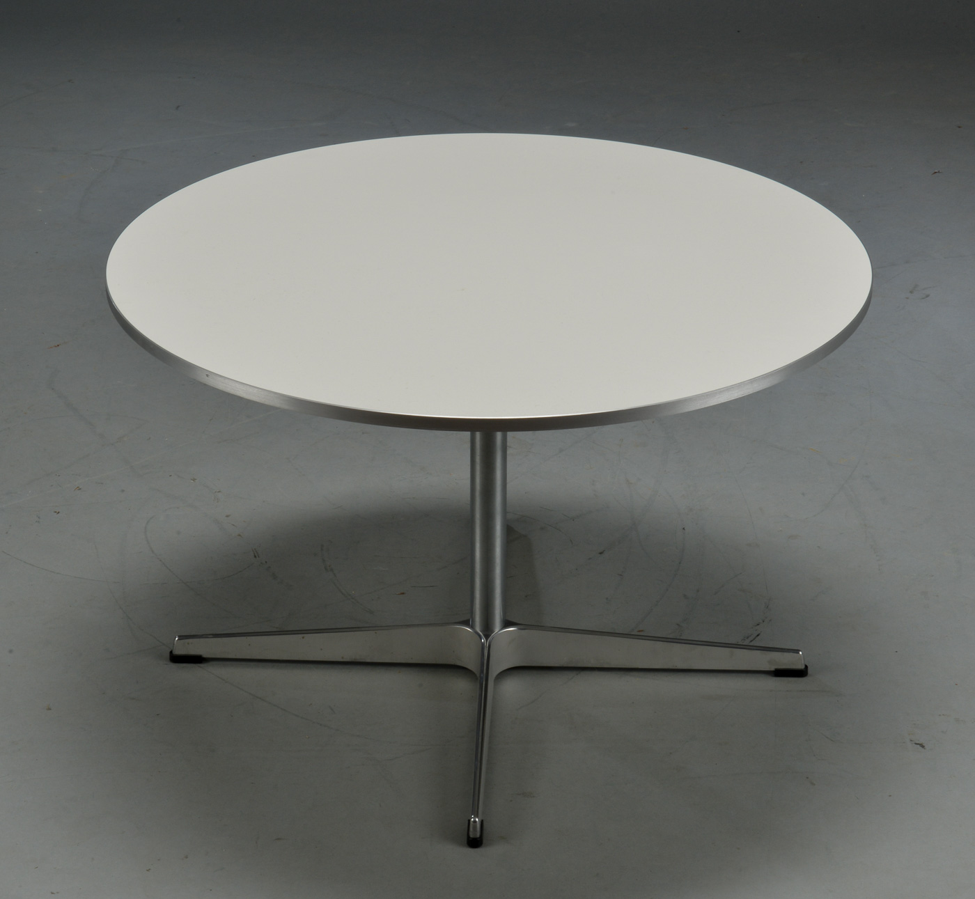 Arne Jacobsen / Piet Hein. Super circle lounge coffee table, model A222